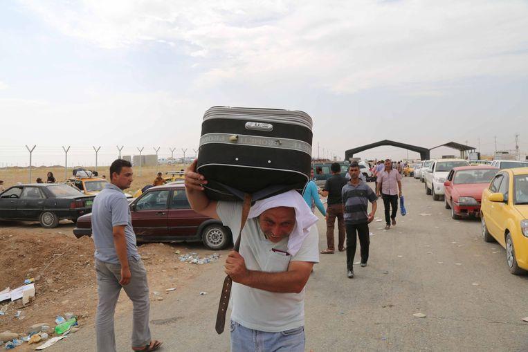 Inwoners uit Mosul slaan op de vlucht voor het geweld in hun stad. Beeld null