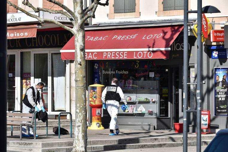 De Franse politie inspecteert de plek in het Zuid-Franse Romans-sur-Isère waar een man zaterdag mensen met een mes neerstak. Beeld AP