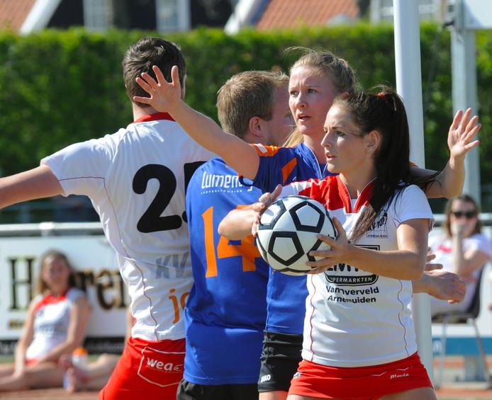 Anita de Ridder met TOP tegen Fiks. De Arnemuidse ploeg kwam door een ruime overwinning alleen aan de leiding.