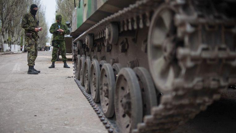 Pro-Russische activisten bij een gekaapt legervoertuig in Slavjansk. Beeld epa