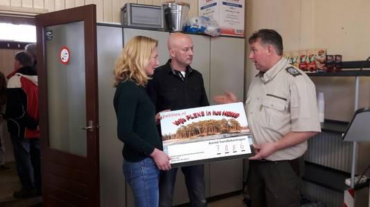 De lokale politiek overhandigt de handtekeningen aan beheerder Wolbertie Ruiter van het Henschotermeer.