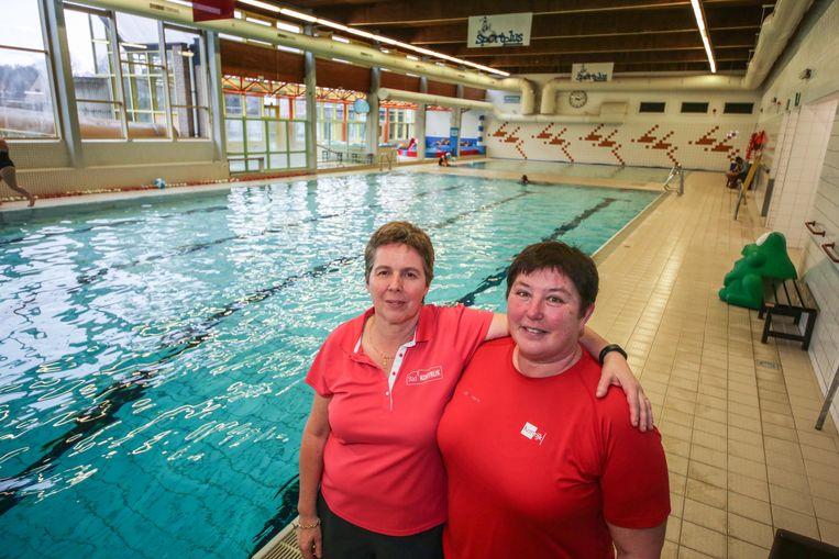 Badmeesters Cathia Lamon en Marie-Jeanne Depraetere blijven met plezier langer op post in het Mimosabad.