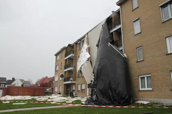 In Tielt waaide de dakbedekking met isolatiepanelen van een appartementsgebouw.