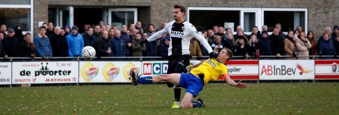 Archiefbeeld van een wedstrijd tussen Steen en HVV'24. In Sint Jansteen wordt dit weekend vanwege een coronabesmetting niet gevoetbald door de senioren.