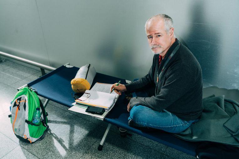 Philippe Vandenberghe, IT'er op Brussels Airport, is sinds vorige week dinsdag in hongerstaking in de vertrekhal. 'Men hanteert bij de verzekeringsmaatschappijen het DDD-principe: Denie and Delay until they Die.'