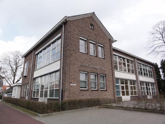 De voormalige Van Raalteschool in Ommen dat door zorginstelling Frion gehuurd werd. F oto Sandra Veltmaat