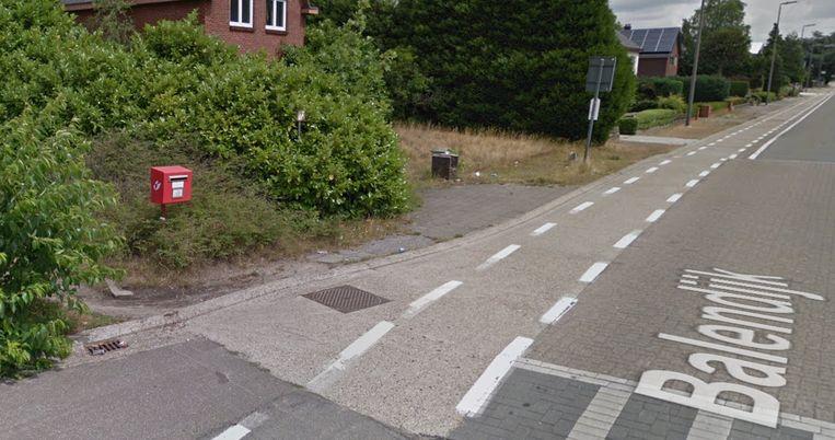 De rode brievenbus op de hoek van Balendijk met de Zwaluwstraat.