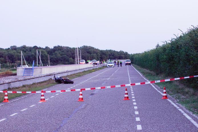 De motorrijder kwam ten val ter hoogte van het stoomtramstationnetje bij Scharendijke, aan het begin van de Brouwersdam.