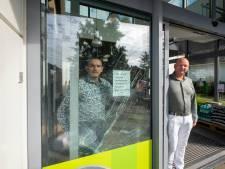 Dick en Yannick glimlachen na klungelige ramkraak in hun supermarkt in Heerde: 'Dit had ik niet verwacht'