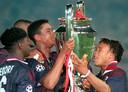 Ajax won in 1995 de Champions League. Clarence Seedorf, Winston Bogarde, Patrick Kluivert en Edgar Davids staan hier om de prestigieuze beker.