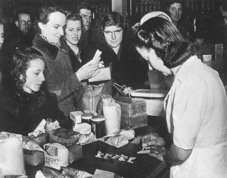 Het uitdelen van voedselbonnen, 1945. Beeld ANP