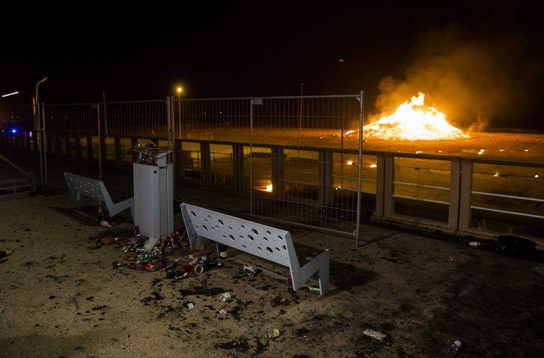 Schade op de Boulevard door vliegende vonken afkomstig van het grote vreugdevuur op het strand.  Beeld ANP