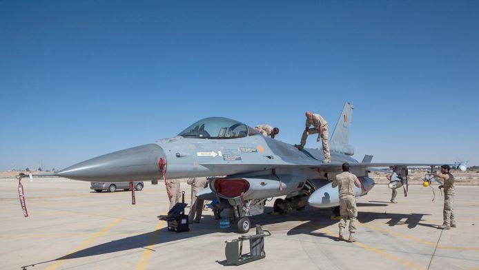 Een Belgische F-16 op een vliegbasis in Jordanië. Ook de acht Nederlandse gevechtsvliegtuigen die deelnemen aan de strijd tegen IS zijn in Jordanië gestationeerd.