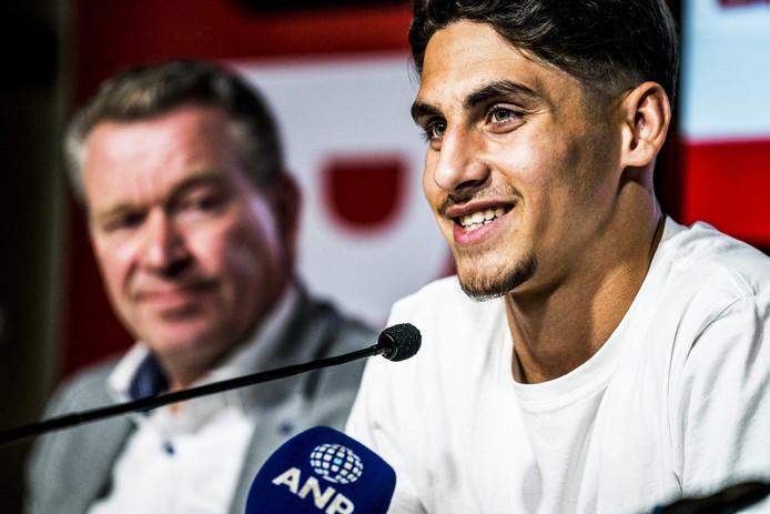 Ludovit Reis (r) en FC Groningen directeur Hans Nijland tijdens de persconferentie waarop hij over zijn droomtransfer vertelt.