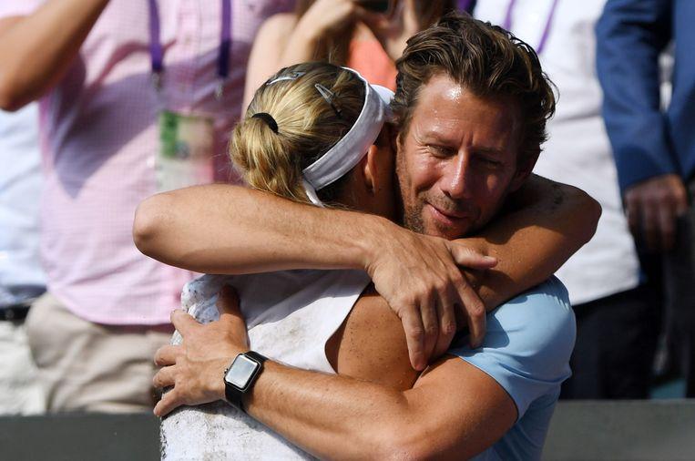 Wim Fissette omhelst Angelique Kerber na haar triomf op Wimbledon.