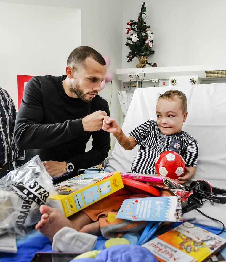John Heitinga verrast Pepijn met een kerstpakket in het Sophia Kinderziekenhuis Beeld anp