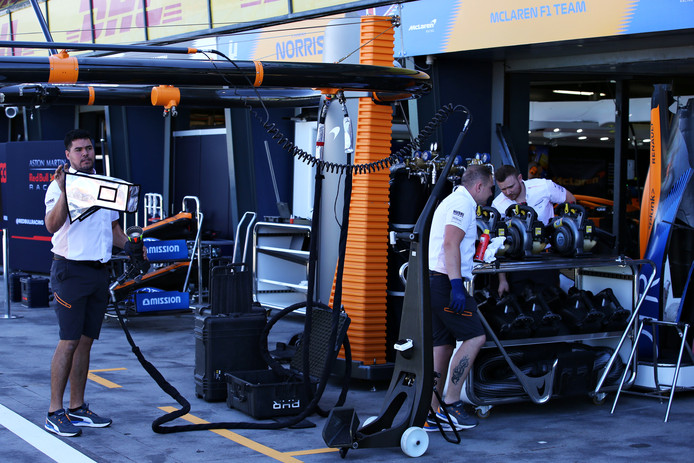 De crew van McLaren aan het werk in Melbourne, waar de eerste GP uiteindelijk niet doorging.