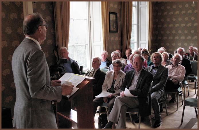 Buurtrichter Geen Broere spreekt de geërfden toe in 2012.