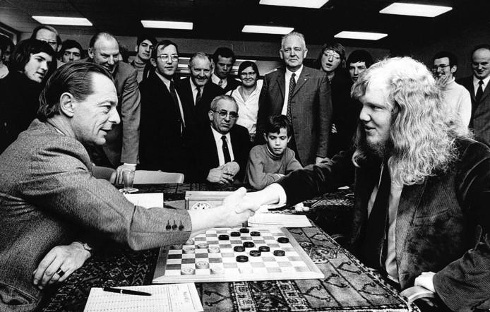 Ton Sijbrands (r) komt in 1971 remise overeen met Wim van der Sluis en prolongeert daarmee in Apeldoorn zijn nationale titel.