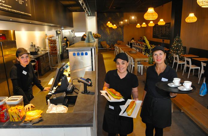 Merit, Sil en Sandra aan het werk in 't Smoske.