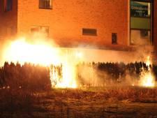 Brandweer voorkomt erger bij felle brand in heg in Nijkerk