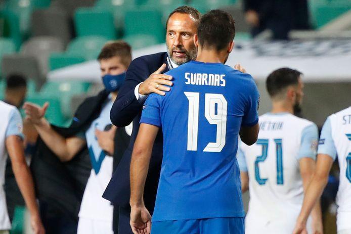 John van 't Schip bedankt zijn verdediger Stratos Svarnas na de Nations League-wedstrijd van Griekenland tegen Slovenië in Ljubljana in september.