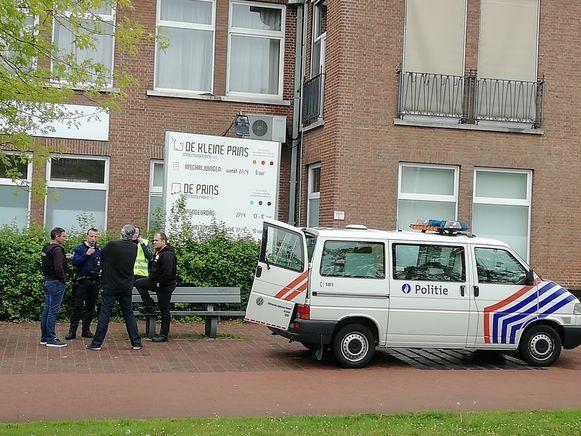 Politie bij de campus op het Weerstandsplein.