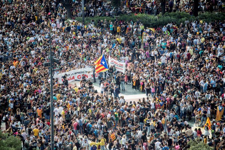 Duizenden mensen protesteren op het Catalonië Plein in Barcelona tegen de lange straffen voor de separatisten. Beeld null