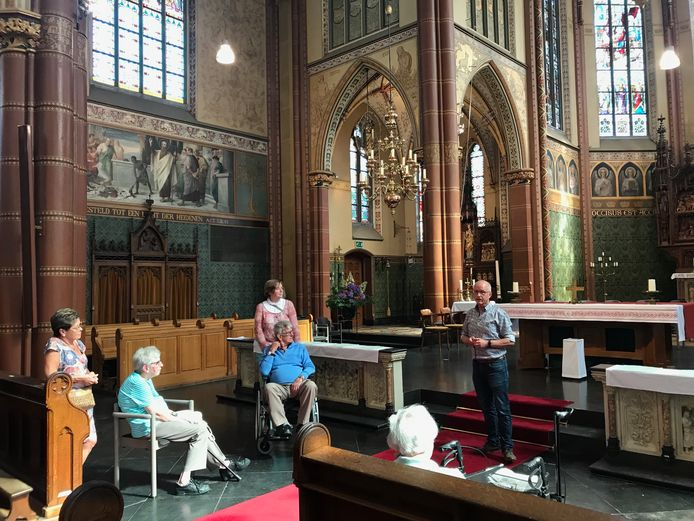 Jan Verstijnen (rechts) verzorgt voor de gasten van een Dagje Thuis de rondleiding in de Nicolaaskerk