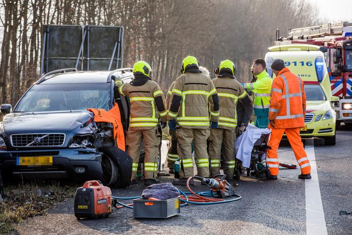 De bestuurder van de auto moest door de brandweer uit zijn wagen bevrijd worden.