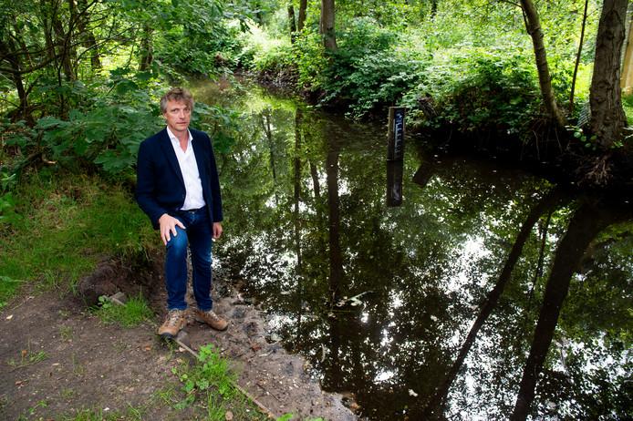 Dirk-Siert Schoonman, heemraad van Waterschap Vallei & Veluwe, bij de Wenumse Beek in Wenum Wiesel. De waterstand in deze beek is fors gedaald als gevolg van de droogte.