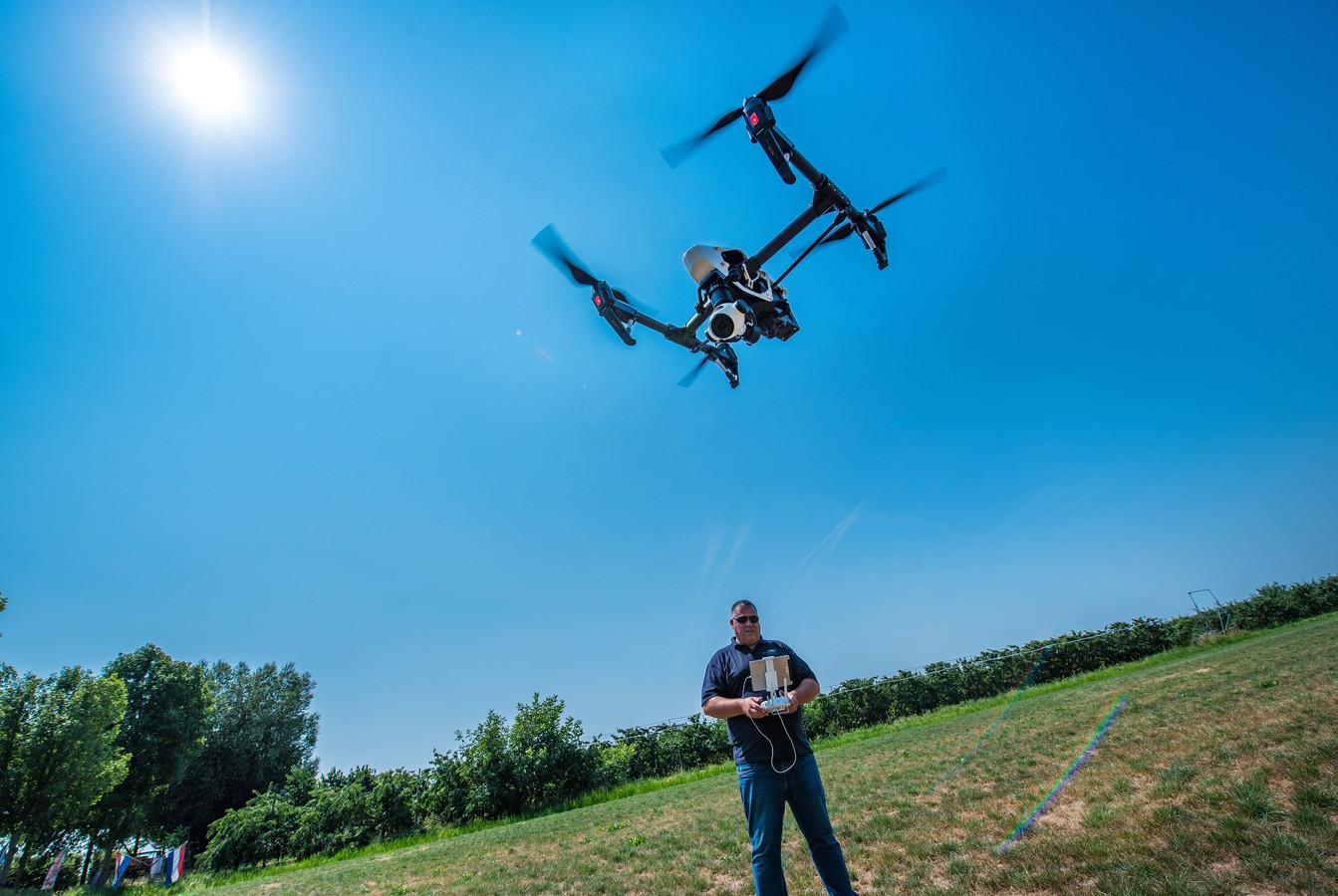 Een controleur van Waterschap Rivierenland stuurt zijn drone de lucht in.