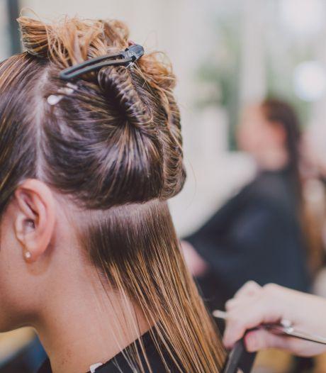 En soutien aux restaurateurs, ce salon de coiffure leur offre une coupe de cheveux