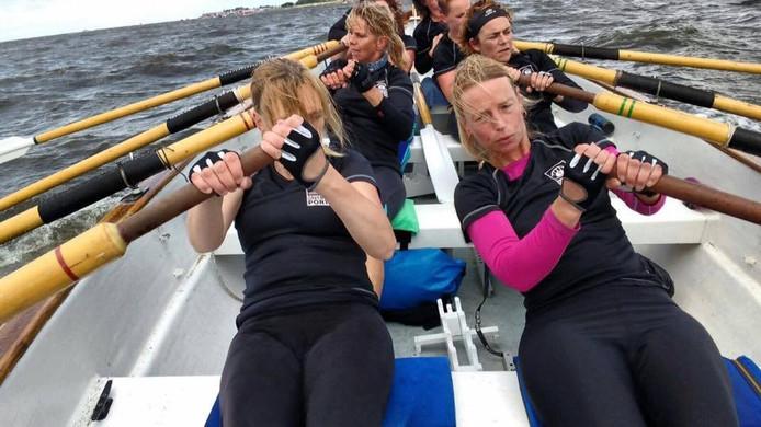 Damesteam Idunn in actie op de wateren bij Urk
