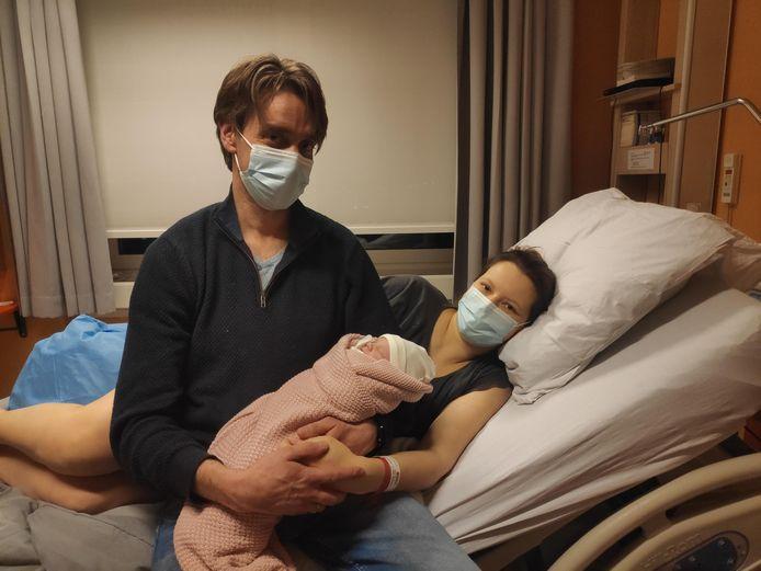 Sofia en Martin met hun eerste kindje Olivia dat iets voor half drie in het ziekenhuis Jan Palfijn werd geboren.
