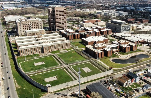 De Cook County Jail is een van de grootste gevangenissen in de VS. De bajes groeide midden april tot een coronabrandhaard met meer dan 800 positieve besmettingen.
