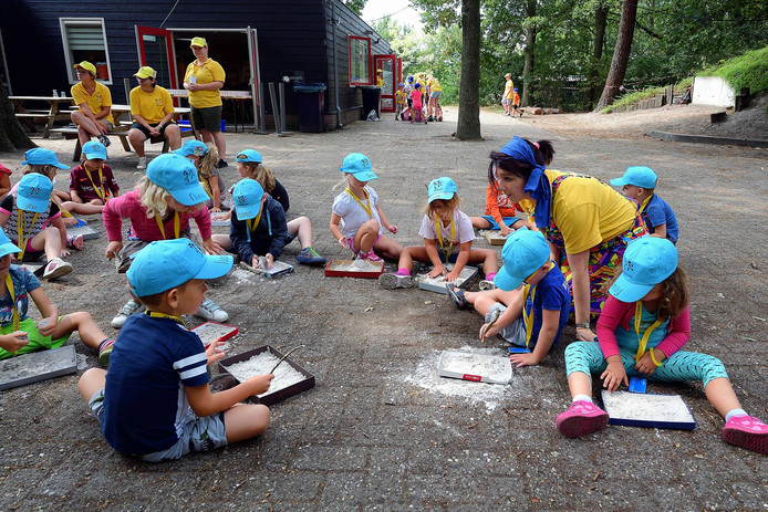 Na de hitte van de dagen ervoor, konden de kinderen gisteren in de buitenlucht even rustig bijkomen en kunstwerken maken. Dat gebeurde op scoutingterrein Kooiduin.