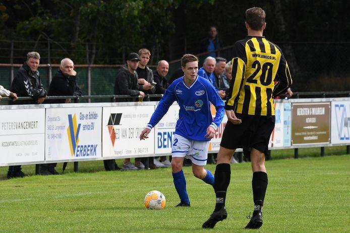 Onder toeziend oog van een deel van de 250 toeschouwers, plus een man achter het hek (zie achtergrond), dribbelt Kevin van Casteren op voor Juliana in de derby.
