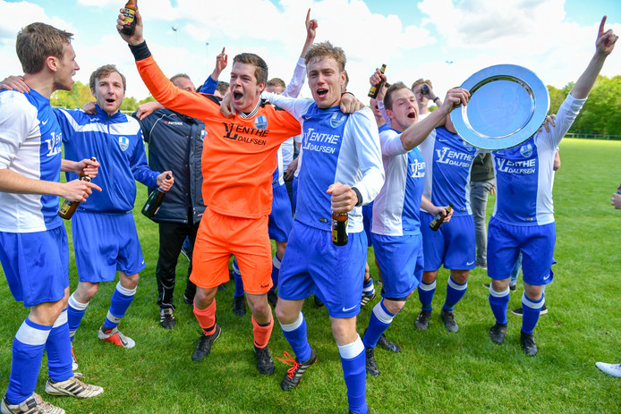 Hoonhorst viert feest na de behaalde titel.