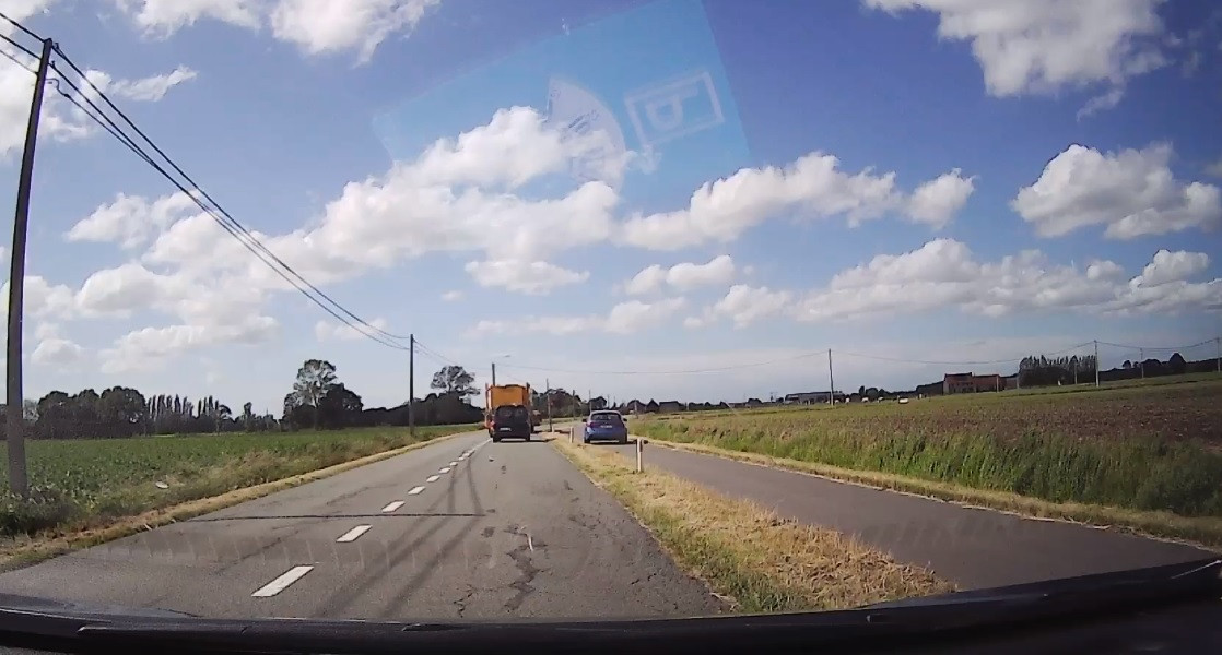 Le conducteur n'a pas hésité à rouler sur la piste cyclable pour dépasser le tracteur.