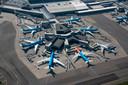Luchtfoto van Schiphol Centrum, met vliegtuigen aan de gate bij de F-pier. Dick Benschop kent de luchthaven goed.