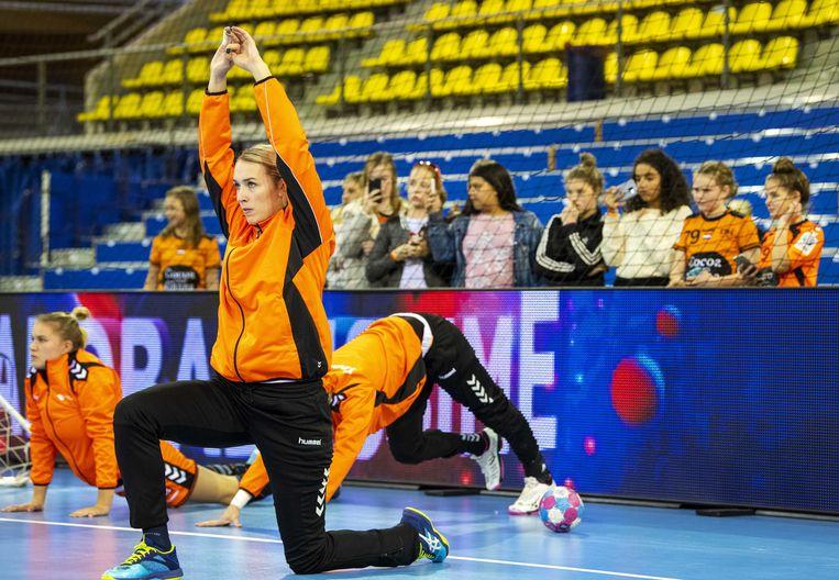 Lois Abbingh tijdens de warming-up voor de oefenwedstrijd tegen Angola. Beeld ANP