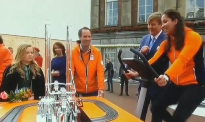 De Eindhovense zwemkoningen vertelt aan de koninklijke familie hoe het allemaal werkt