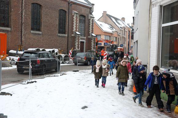 Kinderen van de lagere school verlaten de Sint-Genesiuskerk na de evacuatie van het Onze-Lieve-Vrouwinstituut in Sint-Genesius-Rode.