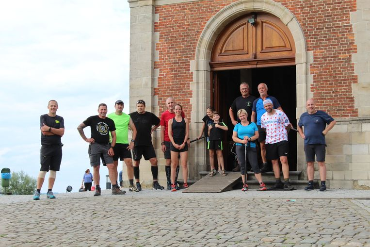 De elf leden van WVC t'Is altijd iet wandelden in 12 uur tijd elk gemiddeld 55 keer de Muur van Geraardsbergen op.