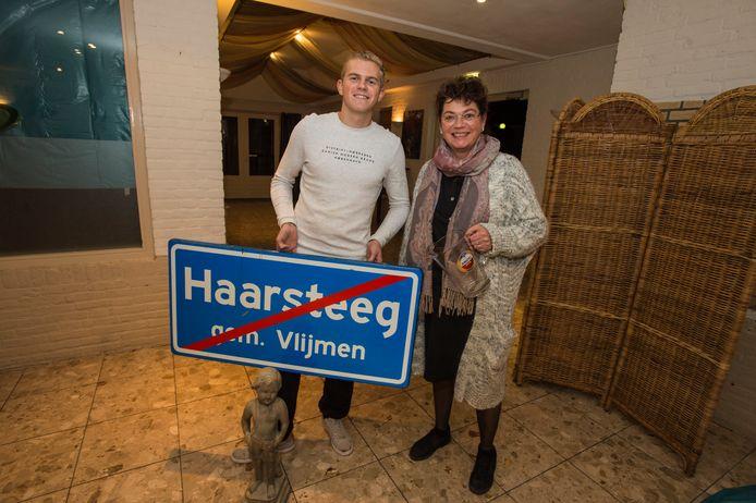 Haarsteeg Veiling Centra de Hut , Moeder Jolanda en zoon Giel Vermeulen uit Heusden hebben een leuk bord van Haarsteeg voor 15 euro en een beeld van 20 euro en een gratis vaas.