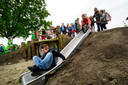 Kinderen ontdekken hun nieuwe speelplaats.