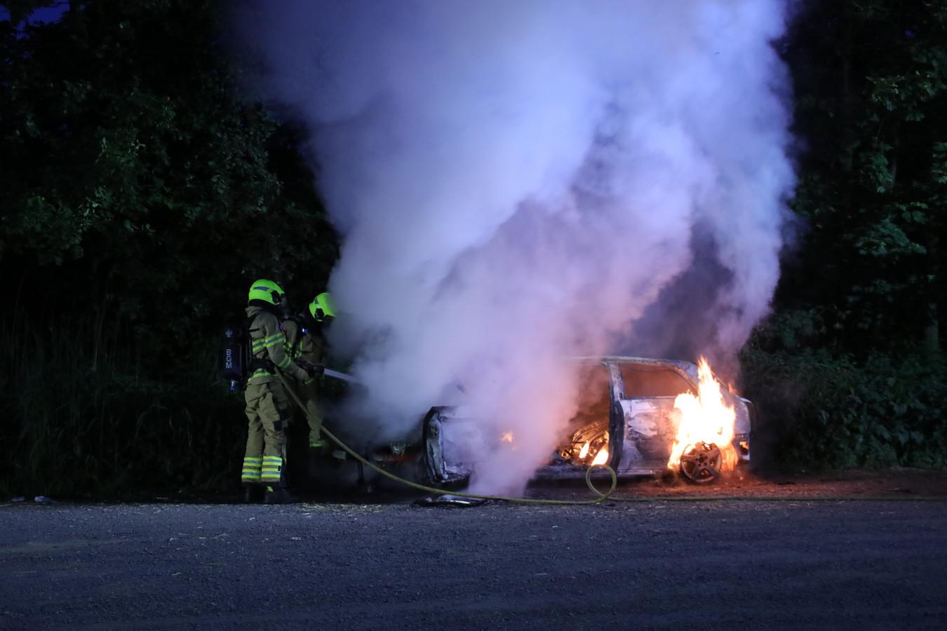 Aan de Scharrenburgersteeg in Lunteren brandde een auto uit