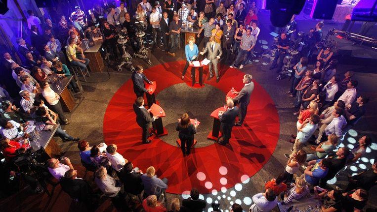 Lijsttrekkers voor de Tweede Kamerverkiezingen (VLNR) Sybrand van Haersma Buma (CDA), Alexander Pechtold (D66), Jolande Sap (GroenLinks), Diederik Samsom (PvdA) en Arie Slob (CU) in gesprek met presentatoren Dominique van der Heyde en Ferry Mingelen tijdens het eerste tv-verkiezingsdebat, uitgezonden op Nederland 1 door de NOS. Beeld null