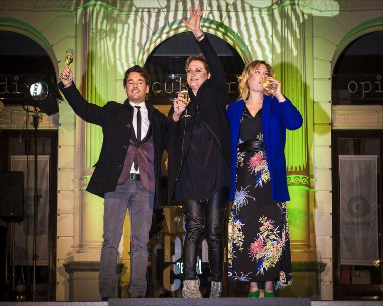 Winnaar Rik van de Westelaken, mol Margriet van der Linden en finalist Marlijn Weerdenburg Beeld anp